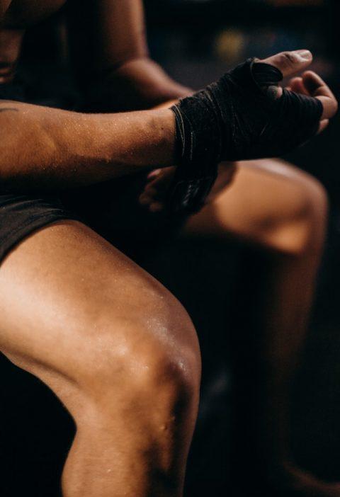 Co na bolące kolana oraz mężczyzna na siłowni
